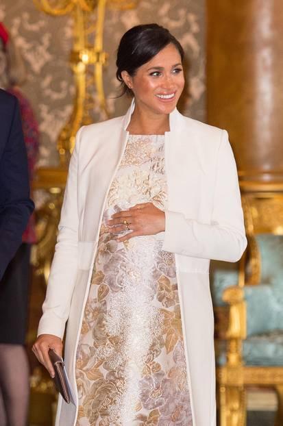 Wenn es um Mode geht, greift Meghan gerne mal tiiief in die Tasche. Es vergeht kaum ein Auftritt, an dem die Herzogin nicht in einem nagelneuen Designer-Outfit erscheint. Dieser Mantel hingegen gehört zu ihren Lieblingsstücken – und darf mehr als einmal ausgeführt werden. Im März 2019 war er bereits das i-Tüpfelchen ihres Looks.