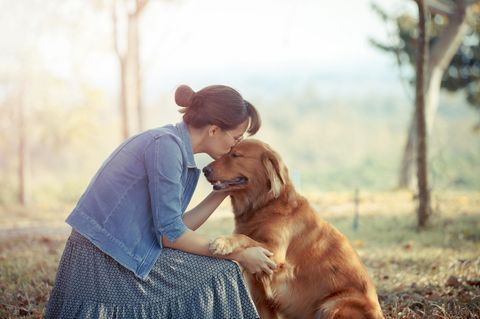 Frau heiratet Hund: Frau mit Golden Retriever