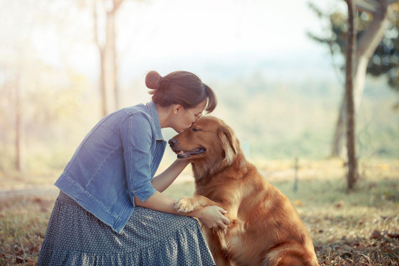 Frau heiratet Hund: Frau mit Golden Retriever