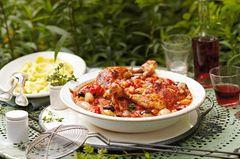 Geschmorte Hähnchenkeulen mit Tomatengemüse