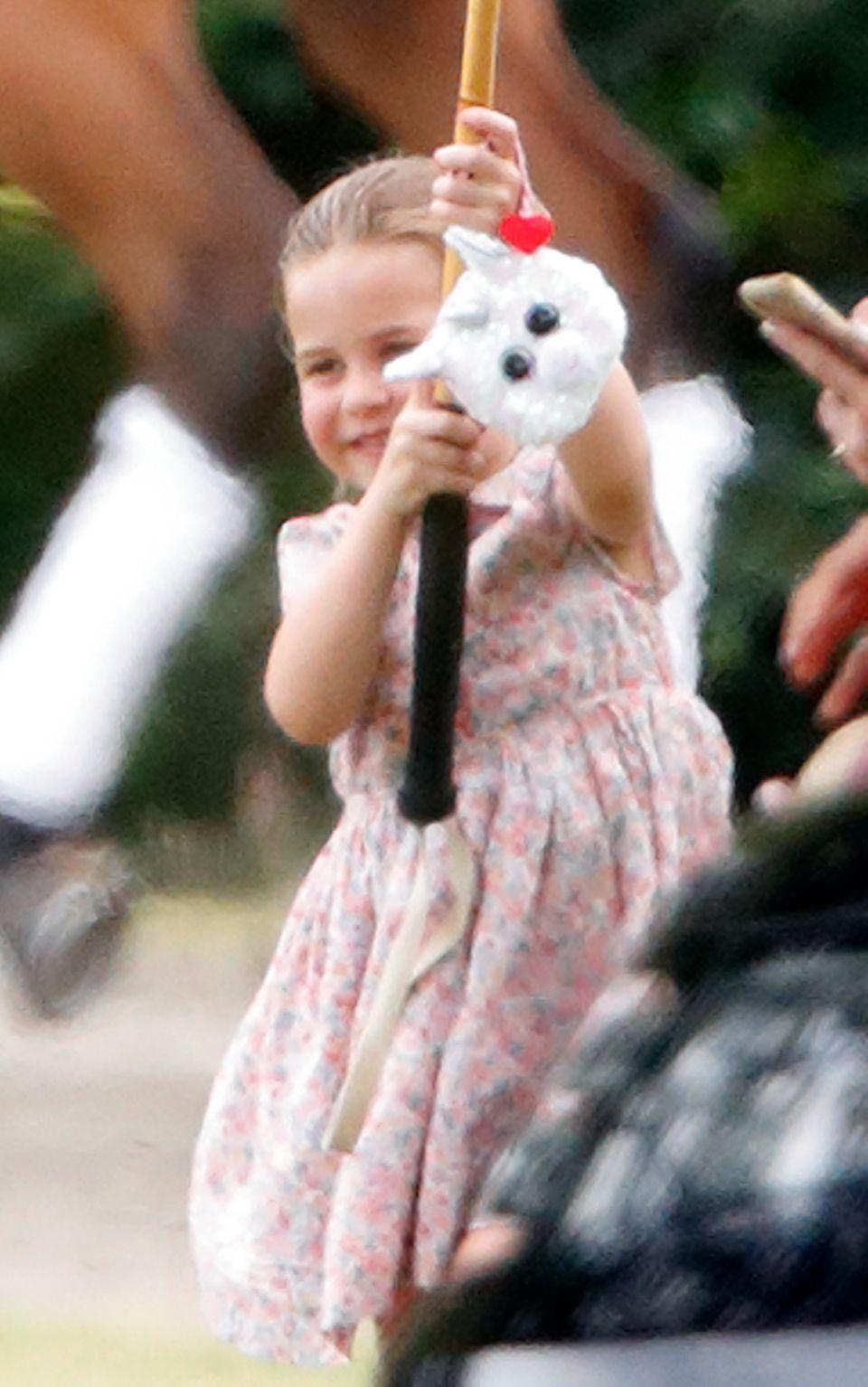 Prinzessin Charlotte freut sich über ihre erste Handtasche