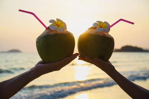 Coconut Trick: Zwei Kokosnüsse mit Strohhalm