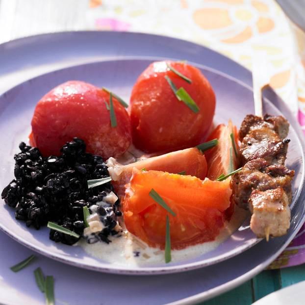 Estragon-Tomaten auf schwarzem Reis