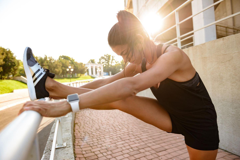 Slider-Workout: Frau dehnt die Beine