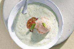 Sommer-Suppen: Kalte Gurkensuppe mit Tomateneis