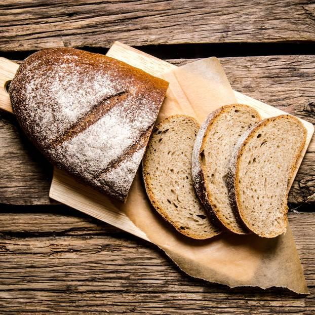 Brot aufbewahren: Bauernbrot auf einem Schneidebrett