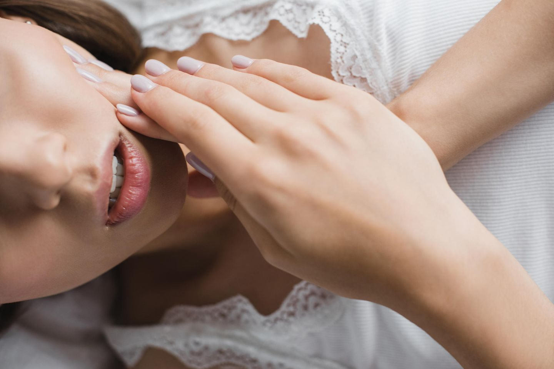 Zahnschmerzen: Frau berührt ihre Wange