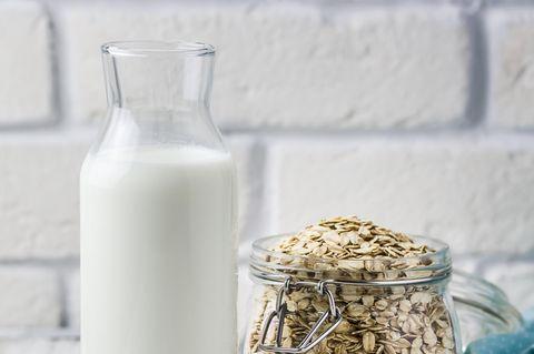 Hafermilch selber machen: Hafermilch in einer Flasche