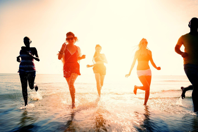 Horoskop: Horoskop: Fünf junge Menschen am Strand
