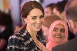 Herzogin Kate von hinten mit eingedrehter Zopffrisur