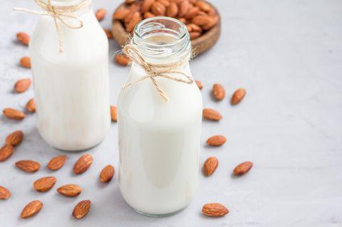 Mandelmilch selber machen: Mandeldrink in einer Flasche