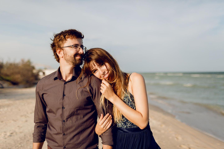 Was finden Männer gut, das uns unangenehm ist? Ein Pärchen am Strand