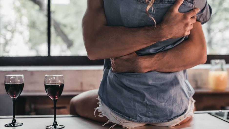 Sex mit dem Mitbewohner: Mann und Frau eng umschlungen