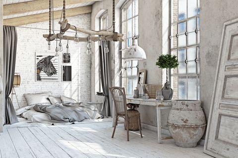 Shabby-Chic selber machen: Raum mit Bett, Schreibtisch, Stuhl und großem Blumentopf im Shabby-Chic-Look