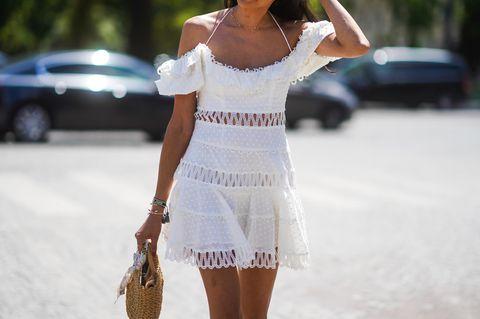 Styleinspiration Juli: Frau im weißen Kleid