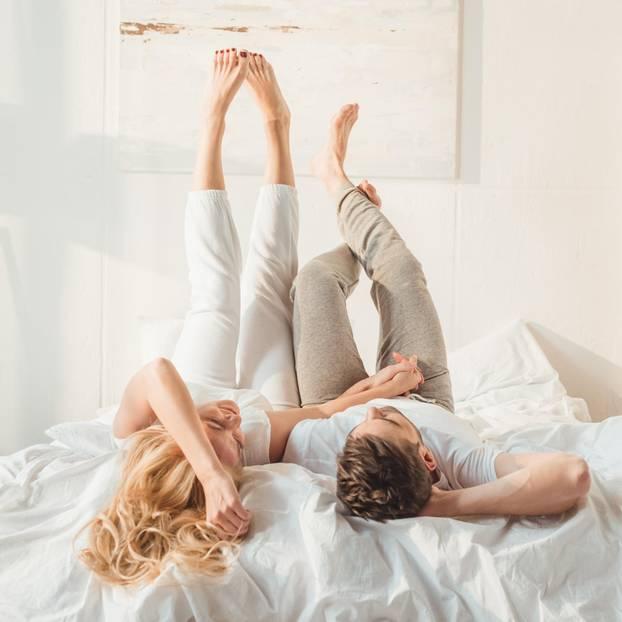 Sex-Lügen, die wir nicht mehr weitererzählen sollten: Ein Pärchen liegt entspannt im Bett