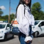 Weiße Bluse stylen: Frau mit weißer Bluse und Chaneltasche