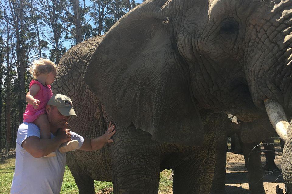 Ehemann und Tochter von Julie von Bismarck mit einem Elefanten