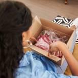 Frau öffnet Paket