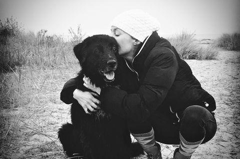 Julie von Bismarck mit ihrem Hund Henry