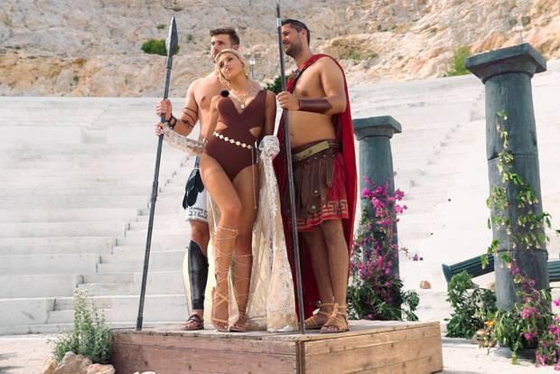 Gerda und ihre griechischen Porno-Knechte posieren für Fotos.