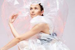 Mode aus recyceltem Plastik: Frau in Plastikumhang