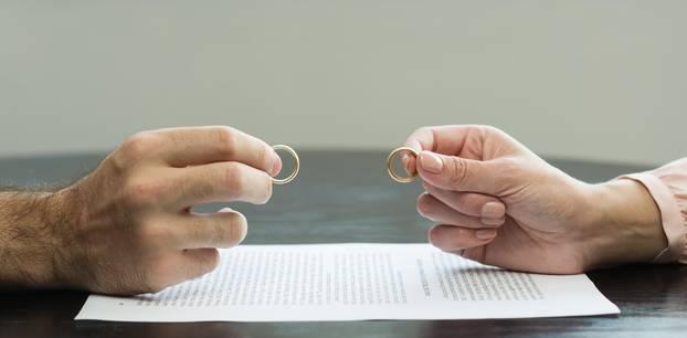 Reddit: Ein Mann und eine Frau halten ihre Eheringe gegeneinander