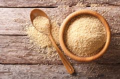Couscous kochen: Couscous in einer Schale