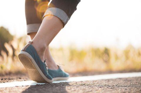 10.000 Schritte am Tag: Gehende Frau