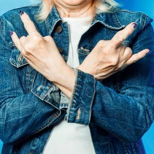 Seniorin macht Rock'n'Roll-Gruß