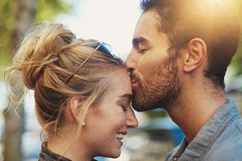 Beziehung it einem Steinbock: Mann küsst Frau auf die Stirn