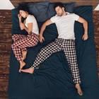 Studie: Ein Pärchen im Bett: Er schläft, sie nicht