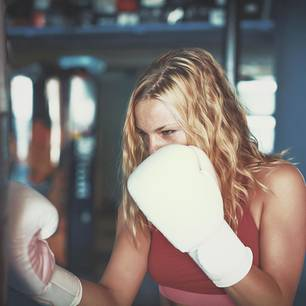 Frust abbauen: Eine Frau mit Boxhandschuhen
