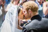 Royals: Herzogin Meghan und Prinz Harry küssen sich