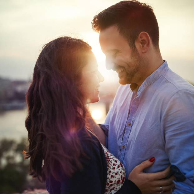 Wie schnell verlieben sich Männer: Paar in der Sonne