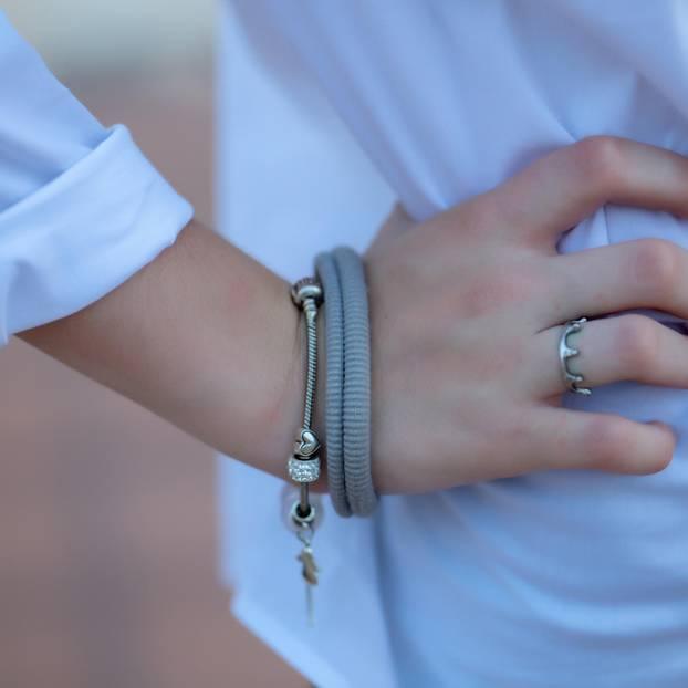 Ein Zopfgummi am Arm kann gefährlich werden.