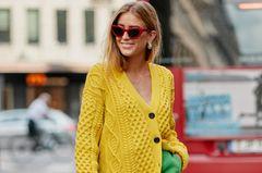 Sommerstrick: Frau mit gelbem Pullover