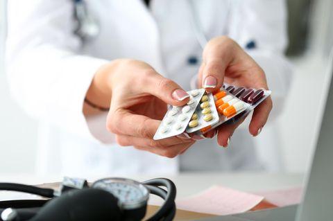 Medikamente entsorgen: Ärztin reicht Tabletten