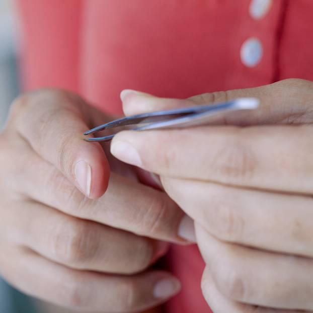 Splitter entfernen: Splitter mit Pinzette entfernen