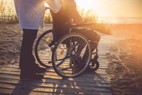 Strand-Rollstühle machen es möglich: Pflegeheim bringt Bewohner ans Meer