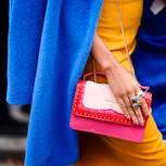 Sommernagellack: Frau mit pinkter Tasche und blauem Mantel und pinken Fingernägeln