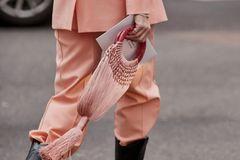 Runde Henkel: Frau mit rosa-farbener Tasche
