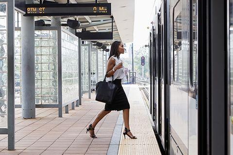 Zug hat Verspätung: Grund ist das peinliche Missgeschick dieser Frau