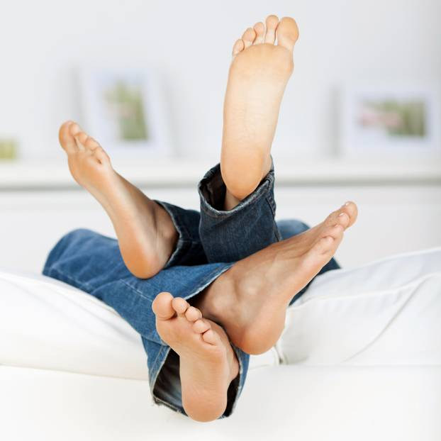 Studie: Ein Pärchen chillt auf dem Sofa und hat keinen Sex