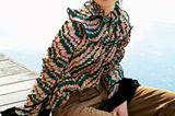Modetrends Herbst/Winter 2019: Bunte Plisseebluse und eine braune Cordhose