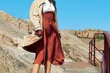 Modetrends Herbst/Winter 2019: Trenchcoat und zweifarbiges langes Kleid