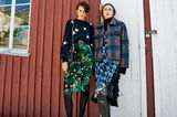 Modetrends Herbst/Winter 2019: Zwei Outfits mit grünem Blumenrock und blauem Blumenkleid