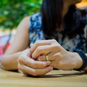 Trennung nach Krankheit: Zwei haltende Hände