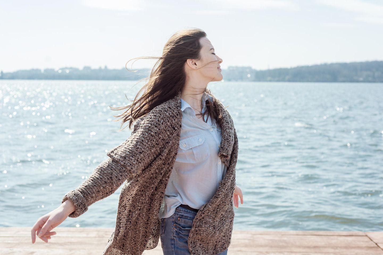 Einen Gang Runterschalten: Frau am Strand