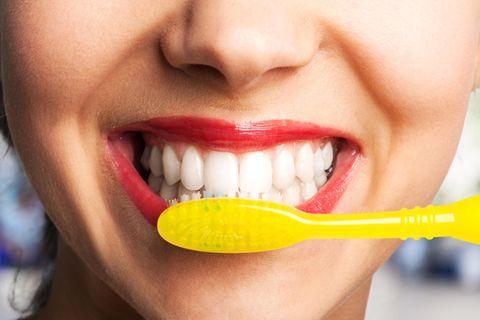 Zahnpflege: Frau putzt Zähne